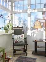 ATMOSFÆRE: Her er det ingen mørke overflater og gardiner som stopper sollyset, som slipper inn gjennom vinduene på tre kanter. Gamle møbler lager stilen.