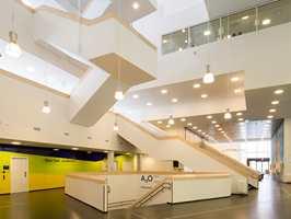 <b>GEOMETRI:</b> Innvendig er arkitekturen luftig, med komplekse, geometriske mønstre. Designkonseptet er basert på geometriske former, overveiende lyse farger og naturlige materialer.