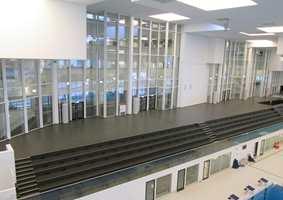 <b>HYGIENE:</b> Svømmeanlegget er direkte knyttet til skolebygningen, og synlig gjennom den høye glassveggen. Det er lagt DLW linoleum på tribunen og i de tørre sonene. Gulvet har en bakteriehemmende effekt på grunn av sine naturlige komponenter som bremser veksten av bakterier og fremmer hygiene.