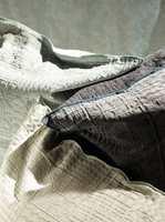 Behagelig tekstur på dette stoffet fra Dominique Kieffer, som føres av INTAG.