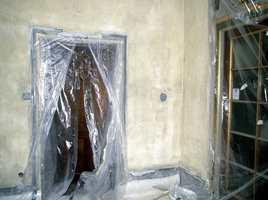 Våpenhuset ved hovedinngangen er renset og kalket to ganger. Etter fem runder med kalking er rommet hvitt.