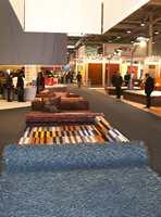 To forskjellige varianter - et rent blått teppe i den rufsete kvalitet; deretter et fargerikt stripemønster i en flat vev.