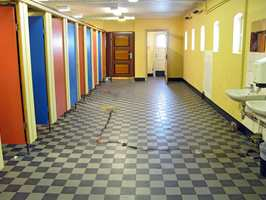 Toaletter som sprekker og lekker er ikke noe uvanlig syn på norske skoler.