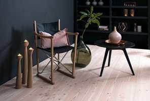 Dette gulvet med riktig så skandinavisk «look» er hvitvokset douglasgran fra Rappgo. Douglasgran er kanskje det mest trendy blant tregulvene på grunn av det lyse nordiske utseende.