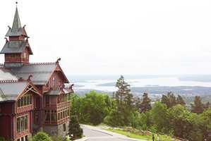 Holmenkollen Park hotell i Oslo er som et eventyrslott i dragestil. Et kjempestort rødt tømmerhus med gule og blå detaljer og brune vinduer. Tårnet er inspirert av stavkirkenes takrytter. Den eldste delen er fra 1894.