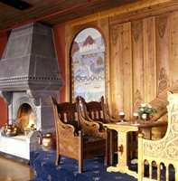 Høyviksalen fra Kviknes hotell i Balestrand er i gjennomført dragestil, både veggpanelet, dekorasjonene, peisen og møblene. Der det ikke er panel har salen kongerøde vegger.