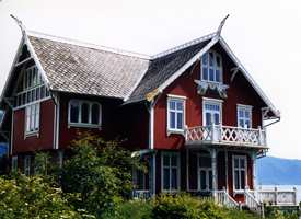 Villa Balderslund i Balestrand fra 1907 er et bolighus bygget i overgangen mellom dragestil og jugendstil. Det har fått jugendstilens typiske vinduer, med store ruter nederst og små ruter øverst. Første etasje har liggende tømmer, mens annen etasje har panel.