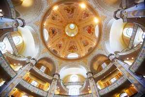Interiøret i Frauenkirche sett opp mot den runde kuppel - en fantastisk gjenskaping hvor murere og malere har tilbrakt år for tilnærmet å skape kirken slik den en gang var. Skikkeligheten står ikke noe tilbake fra hva de skapte i renessansen.