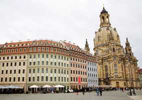 Dagens Neumarkt i gamlebyen har gjenoppstått. Den nye Frauenkirche til høyre, en gang bare en ruinhaug. Og bygningsrekken er i en gjennomført klassisk stil slik det en gang var i Dresden. Det samme gjelder den elegante fargesettingen.