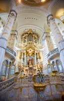 Ornamenter og fargsetting - det beste av tysk byggeskikk og håndverkstradisjon.