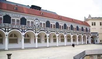 De tidligere kongelige staller, bygget i 1586-91, på 1800-tallet ombygget til galleri, slik de framstår i dag.