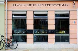 Navn på butikker og serveringssteder er håndmalt på veggen.