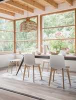 <b>LYST OG LETT:</b> Lyst, varmt treverk og frodige omgivelser bringer tankene rett til den lyse, lette våren. Det mønstrete gulvet er HQR fra Gerflor.