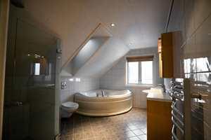 <b>MØRKT OG TRANGT:</b> Det gamle badet var alt for mørkt og med et skråtak som ga en innestengt følelse. Etter oppussing fikk rommet et ekstra takvindu, som gjør at det føles mer åpent.