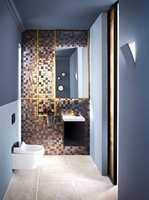 <b>DUSJDO:</b> Med dusj- og føntoalett, små mosaikkfliser, mørke farger og gulldetaljer kommer luksusfølelsen med en gang.