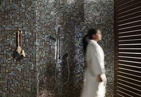 <b>VELVÆRE:</b> Det gjelder å skape en sone der vi kan finne roen. Det gjør vi med materialer og andre interiørelementer. På dette badet er det små mosaikkfliser på vegg, som skriker spa og velvære.