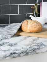 <b>«STEINBENK»</b> Så feil kan man ta… Benkeplaten er kledd med designfolie i marmormønster og -farger.  Folie fra d-c-fix. (Foto: Fantasi Interiør)