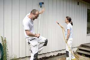 <b>FIN FASADE:</b> Ved å vaske huset årlig, kan det gå lengre tid før du må male på ny. (Foto: Jordan)
