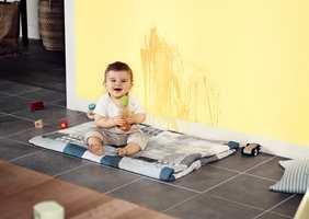 Skap et rom med ettergivende og herlige farger som tilrettelegger for både ro og kreativitet. Her er veggen malt med fargen Humble Buttercup.