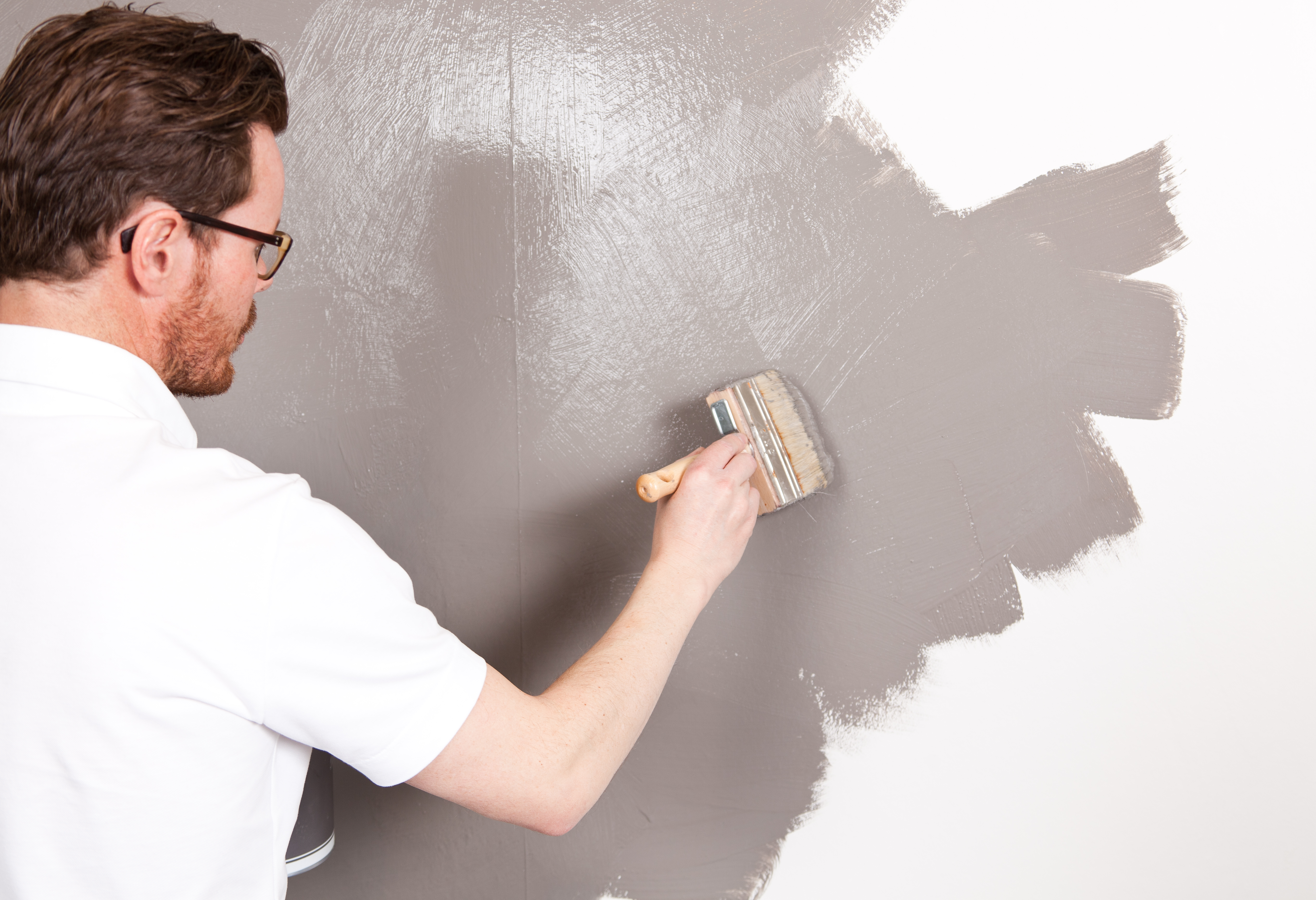 Det er ikke vanskelig å male, men krever en helt annen teknikk en vanlig interiørmaling.