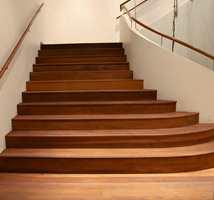 I trappepartiet er det også brukt oljebehandlet treverk.