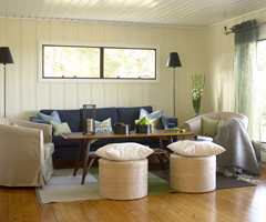 Salongmøblene, med unntak av bordet, ble kjøpt inn etter at Anette S. Solheim kjøpte hytta. Den blå sofaen var utgangspunktet for fargevalgene senere i oppussingen.