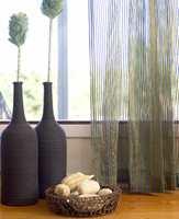 Ta med stranden opp til hytta! Skjell og fine steiner er alltid god sommerdekor. I gardiner og vaser kan du hente opp strandfargene.