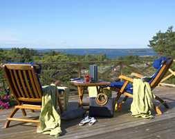 Terrassen er en forlengelse av stuen, og fargene står i stil til naturen og havet rundt.