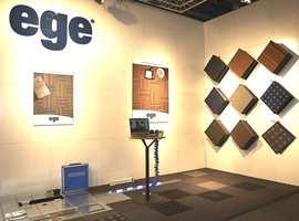 Nytt Ege-system med teppefliser og installasjonsgulv til offentlige miljø. Her på møbelmessen i Stockholm.