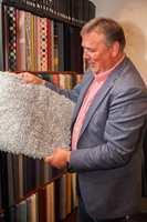 Egeteppers salgsrepresentant, Asbjørn Hodnekvam, er godt fornøyd med å kunne samle alle vareprøvene i et fast showroom, der han kan invitere kundene på besøk for en prat og litt inspirasjon i et dynamisk miljø.