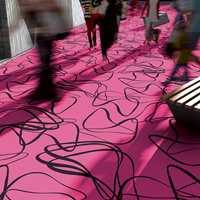 Teppene har store mønster som gjør seg best over større områder. Kolleksjonen passer godt inn der mennesker beveger seg og det foregår mange aktiviteter, som i kaféer, restauranter og loungemiljøer.