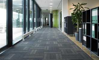 Med tidsriktige design, som i tillegg møter høye miljøkrav, vil disse teppeflisene finne seg til rette på mangt et kontor.