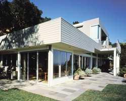 Med en matt maling vil ikke et hvitt hus blende deg i sterkt solskinn. Fasaden her er malt med Butinox Futura Soft Look i fargen 929 Egghvit.
