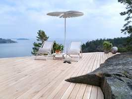 Eikegulvet finnes både som bord, som vist her, og som dekorative heller.