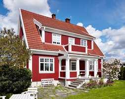 Rødt er en av våre eldste tradisjonsfarger og kler de fleste typer hus, moderne som klassiske, store og små. Denne røde villaen har fått pryde forsiden på Fargerikes nye fargekart.