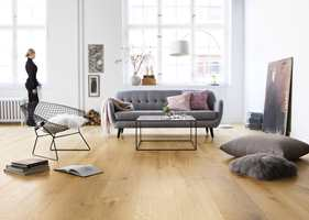 Et elegant, børstet eikegulv fra Tarkett. Men skal du ha varmekabler under gulvet, bør du legge det i hele rommet.