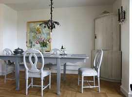 Spesialtilpasset spisebord: Spisebordet var opprinnelig et 1 x 1 meter eikebord kjøpt på bruktmarked. Ellen falt for de fint svungne bena.