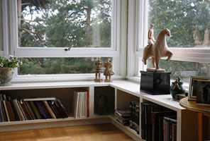 Bokhylle i stuen: Det var ingen vinduskarm under de store stuevinduene.