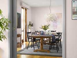 Med riktig kombinasjoner er rosa fint også i stuen. Her vegger i fargen Flor og dør i den grå Tornado