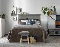 Soveromsveggene er malt i fargen Vägskum, mens det er brukt en grå Torpardröm til å male en hodegavl på veggen. Gulvlisten har fargen Väg.