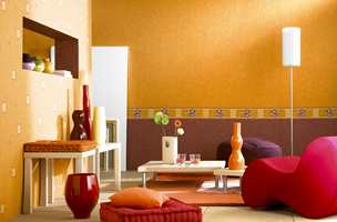 Fra Storeys-kolleksjonen Emalys hvor det er brukt forskjellige tapetinnslag på to vegger. Det er et lilla innslag som matcher møblene og det er grønne innslag.