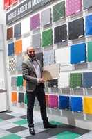 <b>FARGERIK:</b> Emil Lindèn fra Bergo Concept mener naturens egne farger kommer til å dominere gulvene fremover. – Våre smarte plastfliser kan fås i absolutt alle farger, sier han.