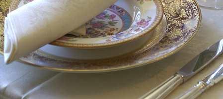Når vi dekker bordet til jule- eller nyttårsmiddagen, bør duken være blendende hvit. Det samme skal bunadsskjorten være når vi trenger den. Tekstil som er gulnet siden siste bruk, blir hvitt i vaskemaskinen sammen med et kombinert vaske- og blekemiddel!