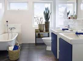 <b>BLÅTT</b> Skuffrontene er lekkert blåmalte mot de hvite veggene. Fargen er tatt opp i håndklærne (Foto: Flügger)