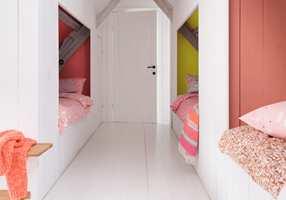 <b>FARGENISJER</b> Det smale soverommet er hvitt på tak, vegger og gulv. Sengenisjene står for fargeinnslagene, og har fått hver sin farge. (Foto: Nordsjö)