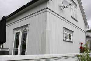 Mal vinduer og listverket rundt hvitt. Vindskier, undersiden av takutspring og listene i etasjeskillet på veggen males som husfargen.