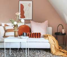 <b>KRYDDER:</b> Tekstiler og møbler gir rommet liv og karakter. En palett bestående av fargene Dus, Solnedgang, Ingefær Boost, Espresso og Cortado var et godt hjelpemiddel når fargene på tekstiler, møbler og andre detaljer skulle plukkes.