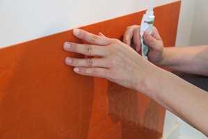 Våre fliser fikk egnet lim på baksiden og festet seg enkelt mot veggen.