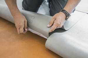<b>TREKK AV:</b> Nora nye gummigulv legges enkelt ved å rive av folien på undersiden.