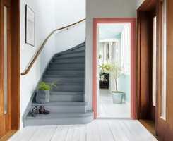 <b>FARGERAMME:</b> Her er dørkarmen entreens overraskelsesmoment, og alene om fargen i rommet. Enkelt å få til, med et effektfullt resultat.